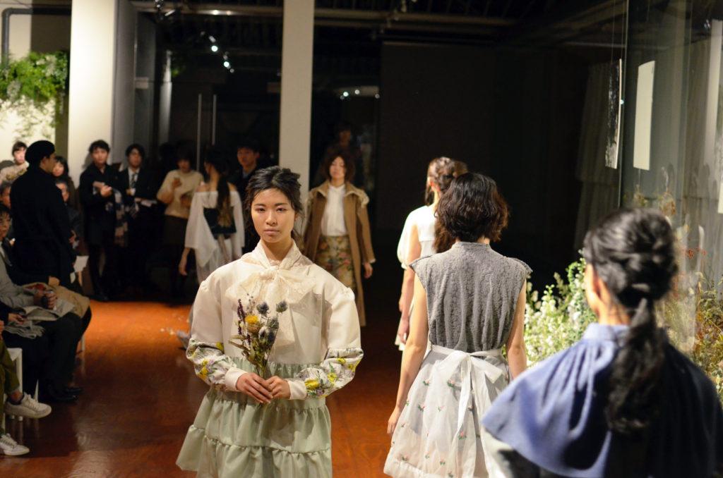 早稲田大学繊維研究会 2016 ファッションショー『いま・ここ』を開催、「メディアによるイメージの差異を問う」:後編