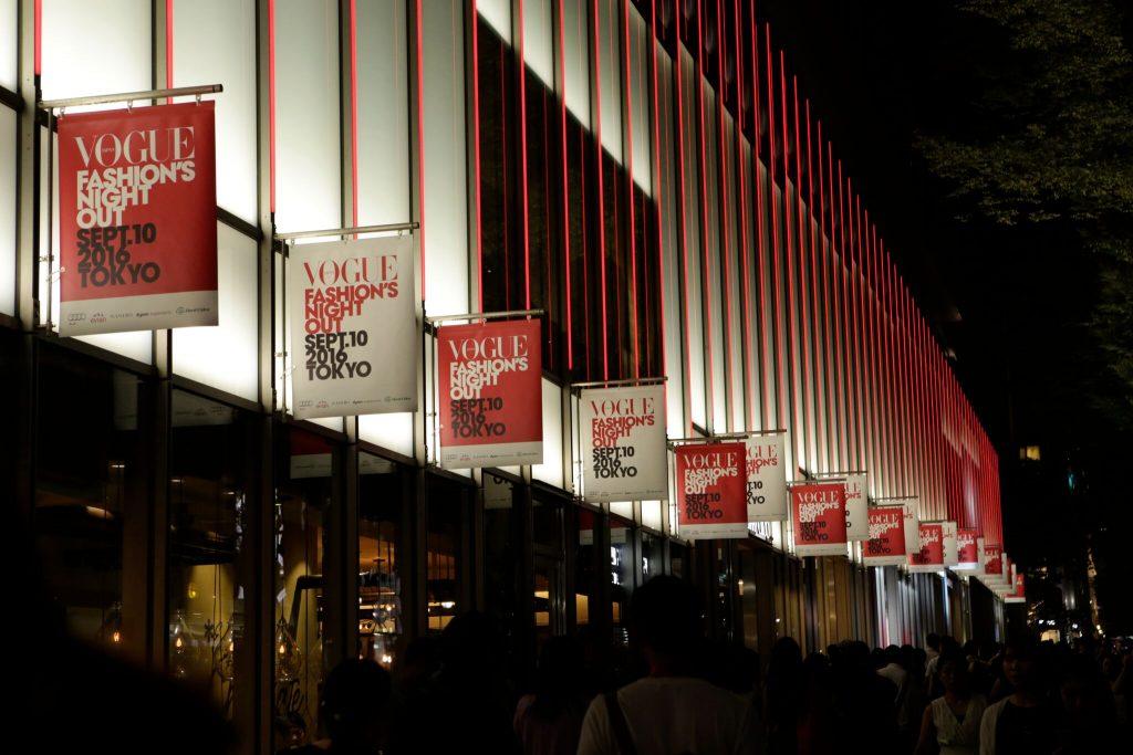 東京では表参道・青山・原宿エリアのショップを中心に、大阪では阪急うめだ本店・阪急メンズ大阪にて、『VOGUE』と多数のブランドや地域団体が一体となり工夫を凝らし