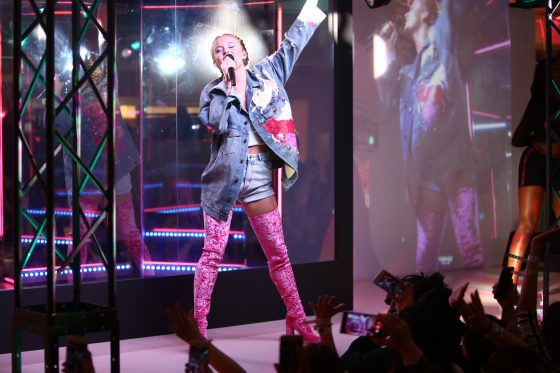 ポップ界の新星ザラ・ラーソンがH&Mとコラボ!渋谷でスペシャルライブを開催