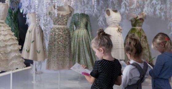 【Dior】パリで開催中「クリスチャン・ディオール、夢のクチュリエ」。子供たちの瞳に映る、ファッションの世界。