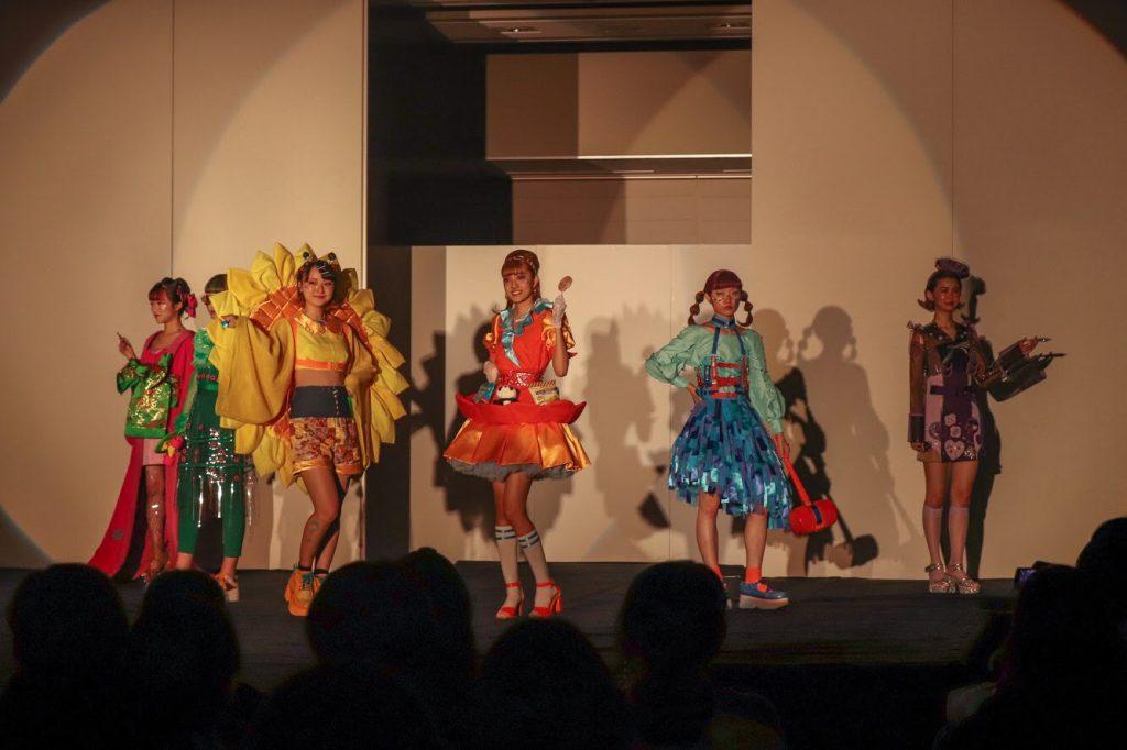 東京家政大学EVEのショー「可愛い子には旅をさせよ」