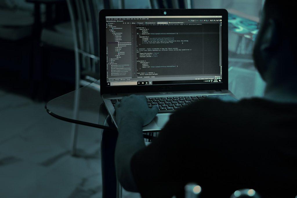 WEBエンジニアのお仕事|アパレル業界職種ガイド